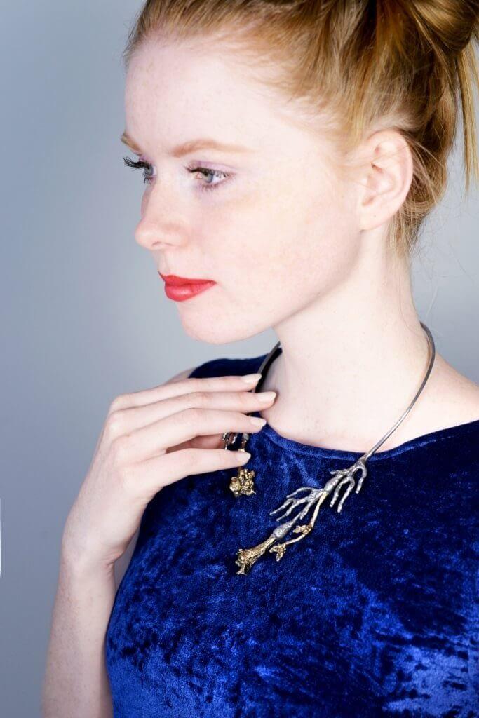 Modelka s náhrdelníkem